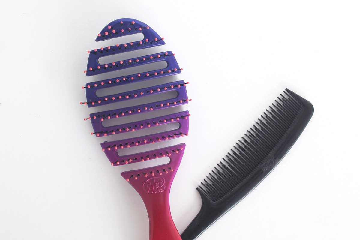 How to clean a comb and hair brush