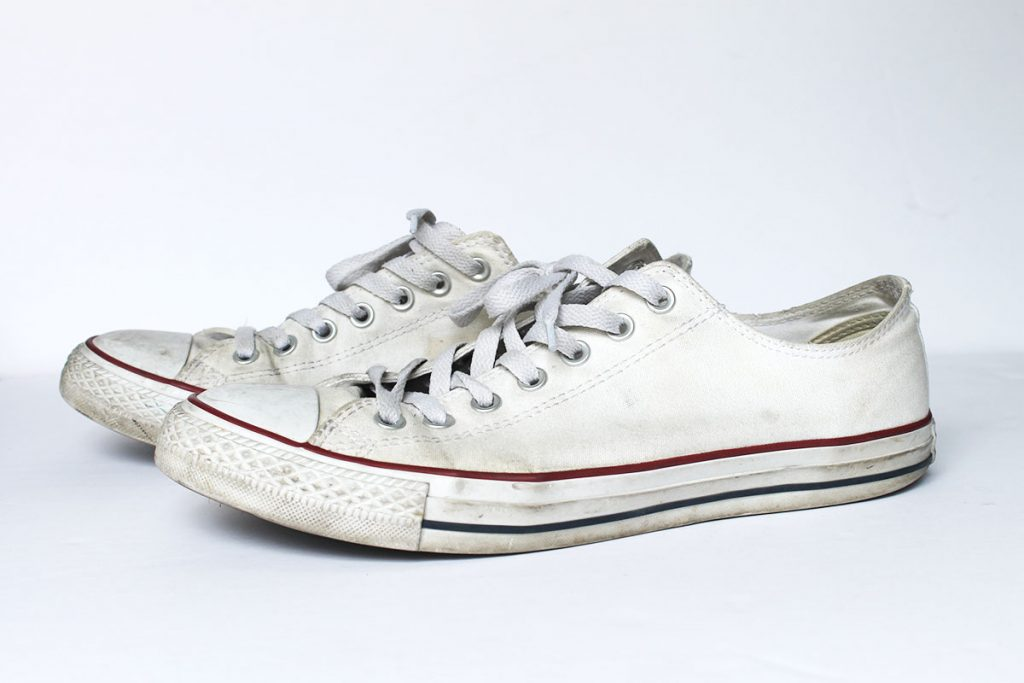 Comercial realeza ego  How to Clean and Whiten Converse Shoes without Bleach